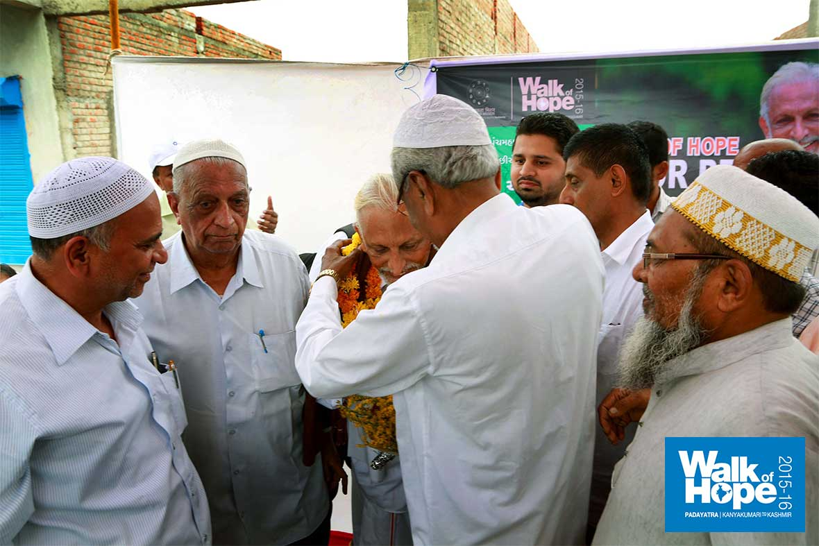 9.Sir-being-warmly-received-at-the-Masjid-on-the-Ahmedabad-Highway,-Godhra,-Gujarat