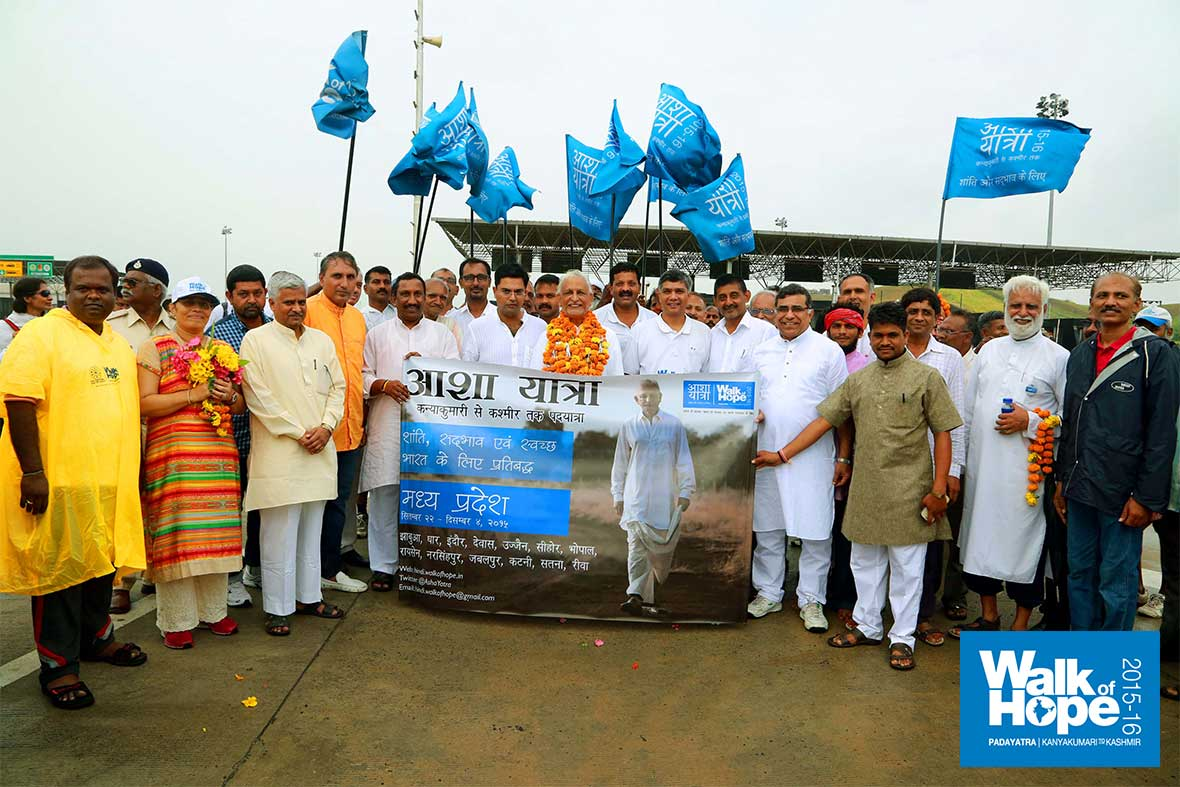 9.Sir-with-the-Gujarat-&-MP-teams-after-handover!!,-Pitol,-MP