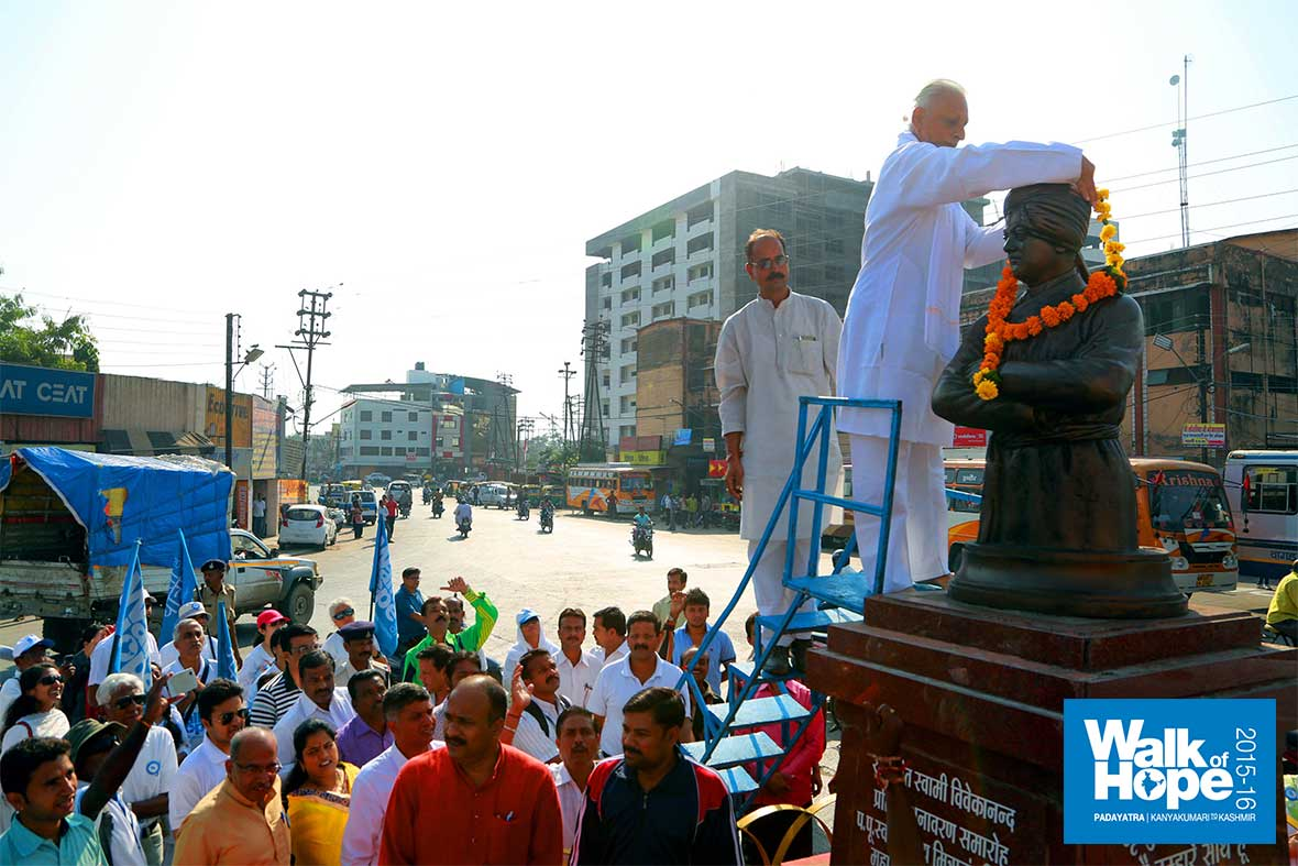 1..Garlanding-the-Vivekanand-Statue,-Gangwal-Bus-Stand,-Indore,-MP
