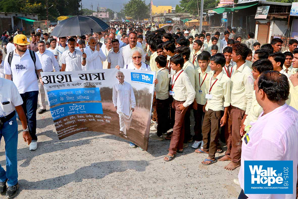 12.Farewell-to-the-school-children-of-Ashta-as-we-move-on-along-SH-18-to-Bhopal,-Sehore,-MP
