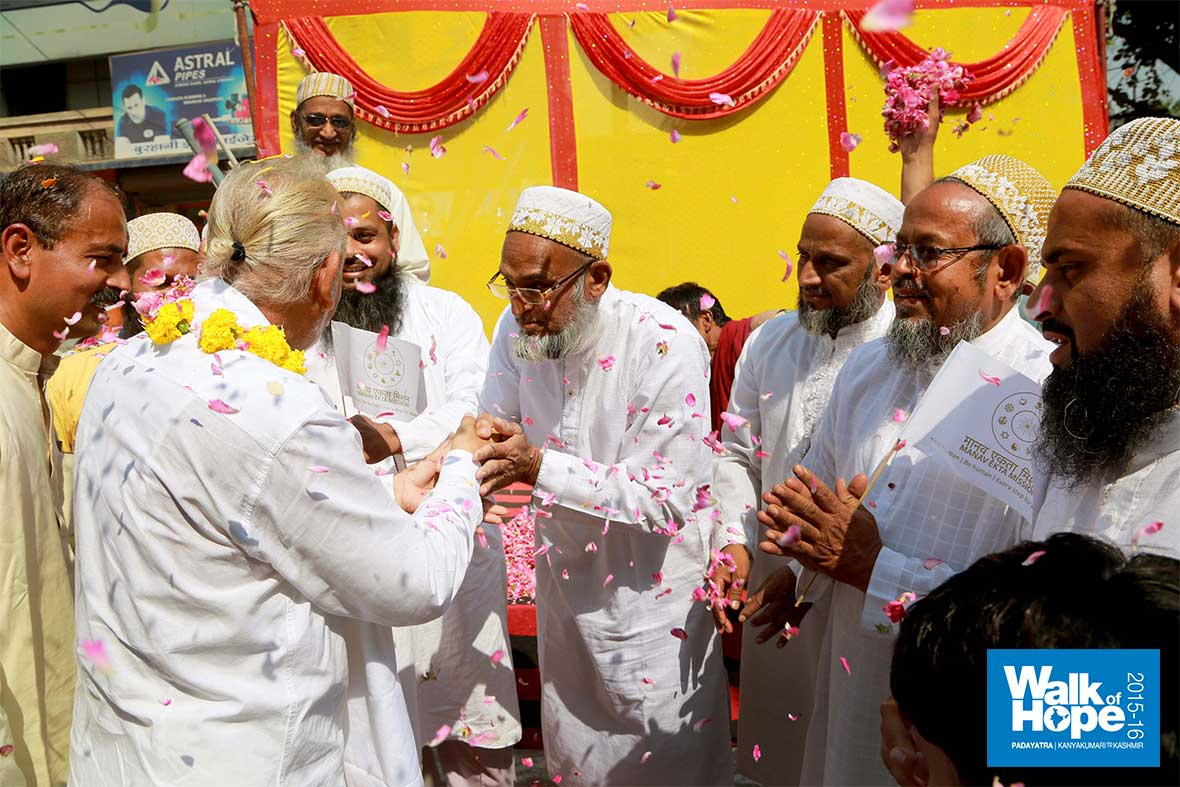 12.Hearty-welcome-from-our-Dawoodi-Bora-brothers,-Nurani-Nagar,-Indore,-MP