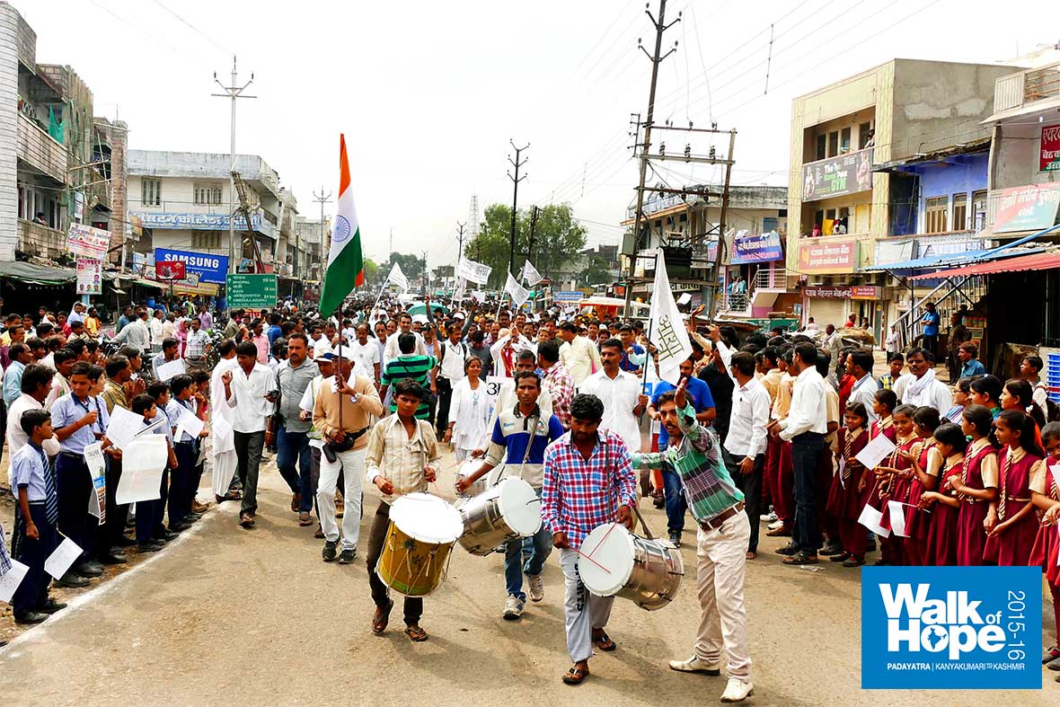 12.This-is-how-we-were-led-into-Bareli-town,-with-thundering-drums-&-shower-of-flower-petals,-Raisen,-MP