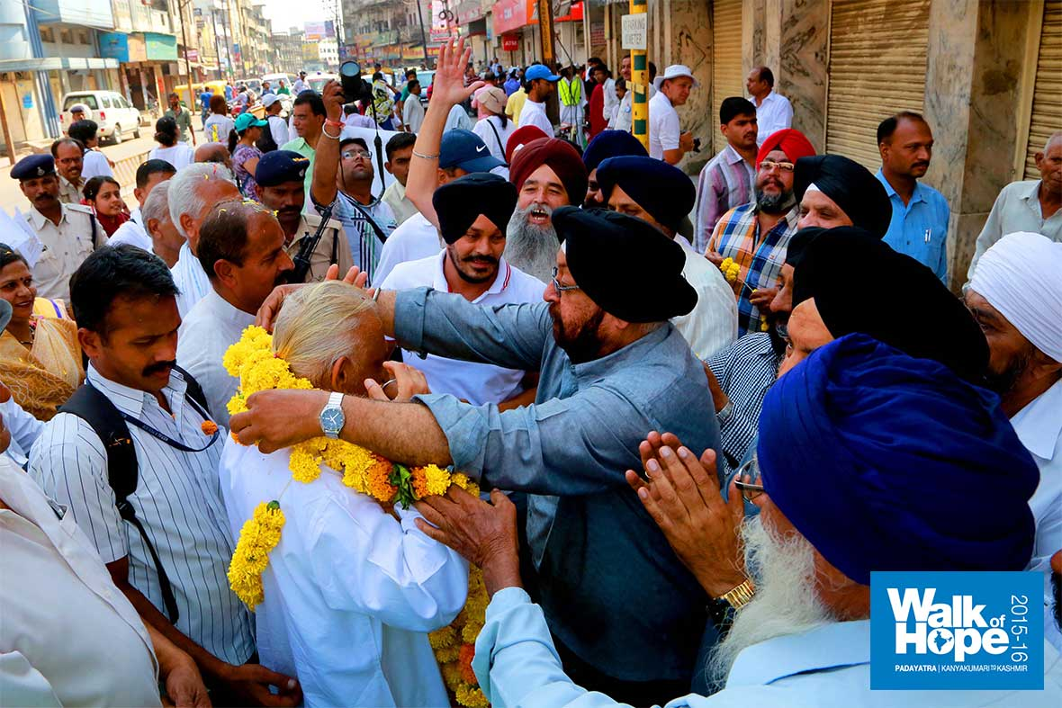 13.Warm-welcome-from-our-Sikh-brothers,-Indore,-MP