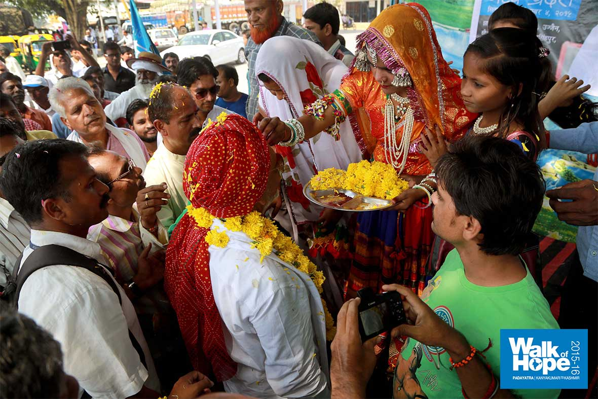 16.Traditional-welcome-as-we-near-Indore-city!,-Sirpur-Talab,-Indore,-MP