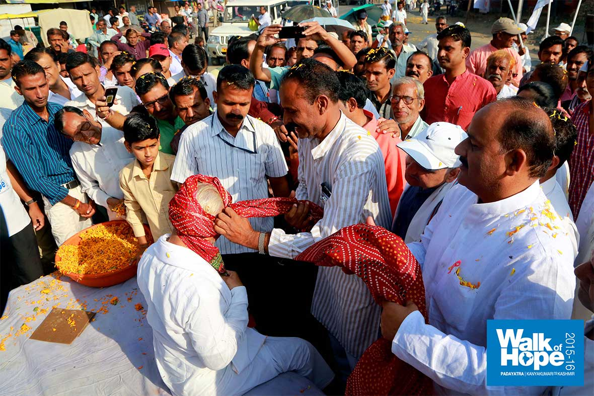 3.Sir-gets-another-taste-of-being--donned-a-Madhya-Pradeshi-turban!!,-Alipur,-Sehore,-MP