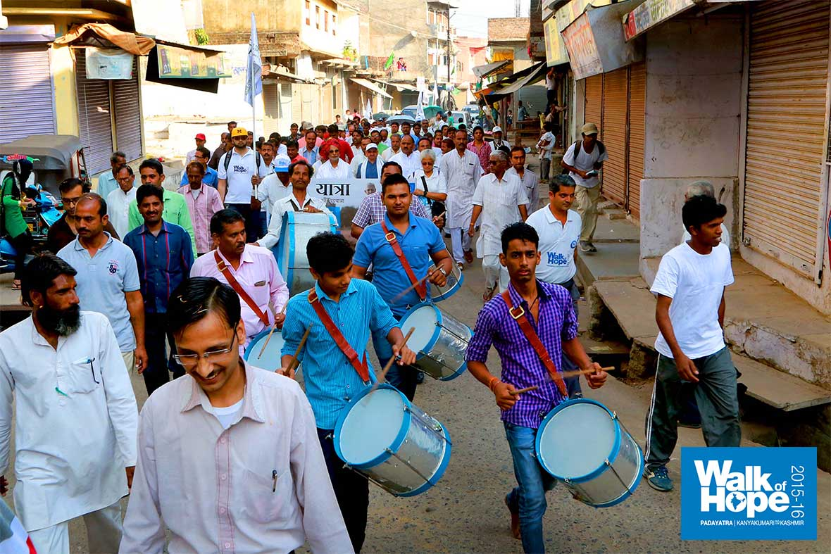4.On-to-the-streets-of-Ashta-with-drums-&-brand-new-white-flags!!,-Ashta,-Sehore,-MP