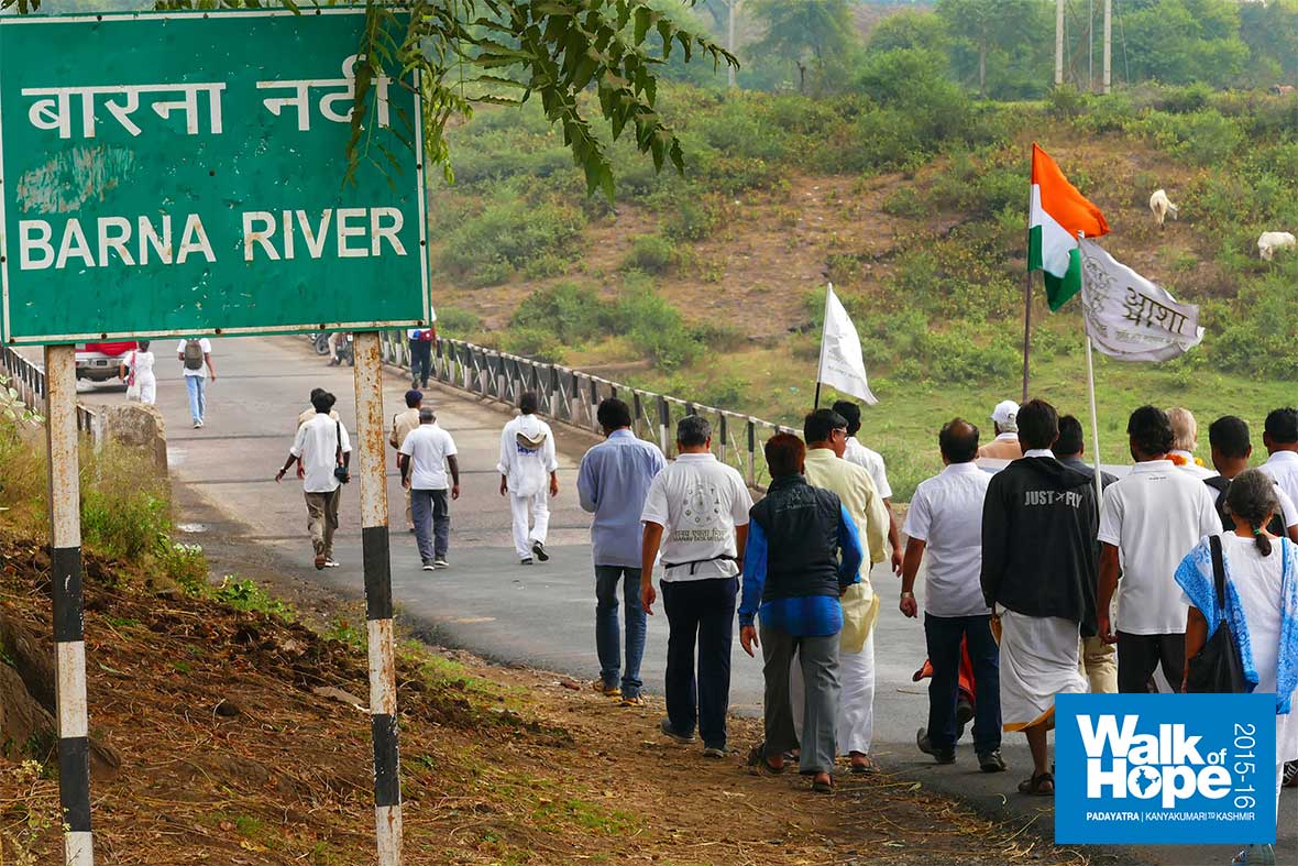 5.About-to-cross-the-bridge-over-River-Barna,-a-tributary-of-Narmada,-Raisen,-MP