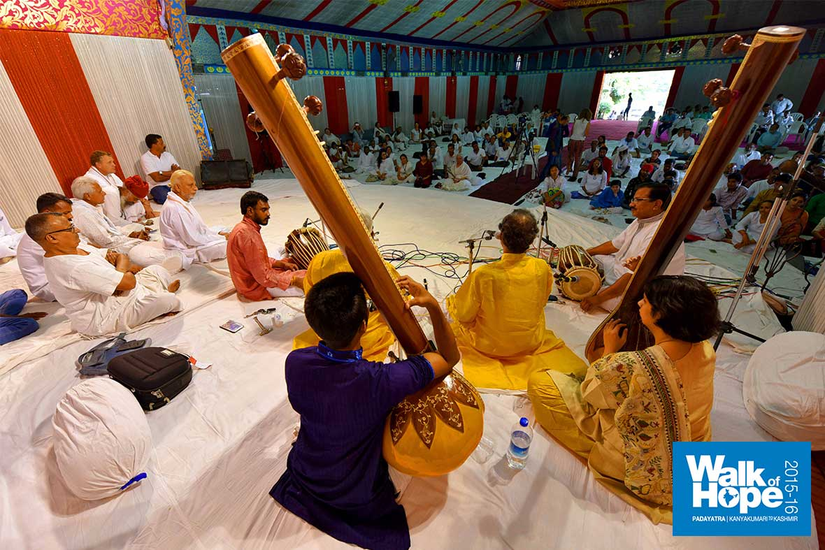 5.Lovely-music-more-than-made-up-for-the-food-we-eschewed-during-the-Satyagraha!!,-Bhopal,-MP