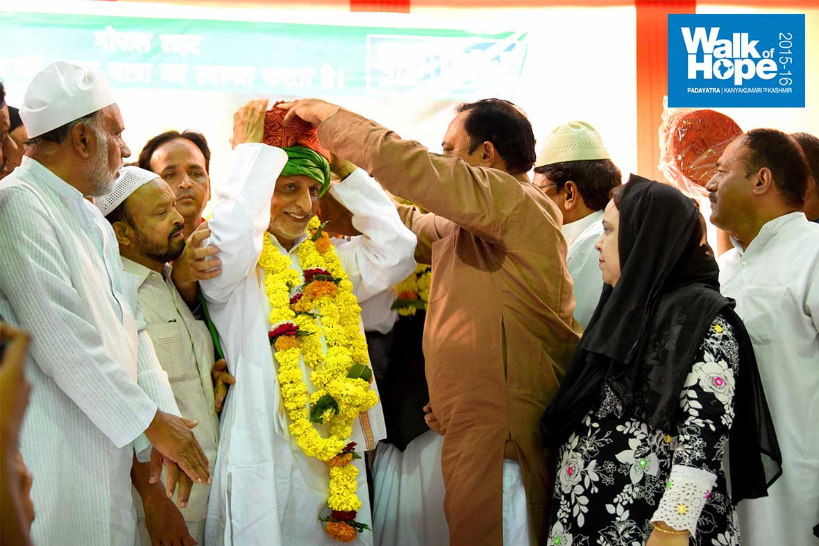 7.Garlands,-turban-&-a-fez-hat,-overwhelmed-with-love,-Bhopal,-MP