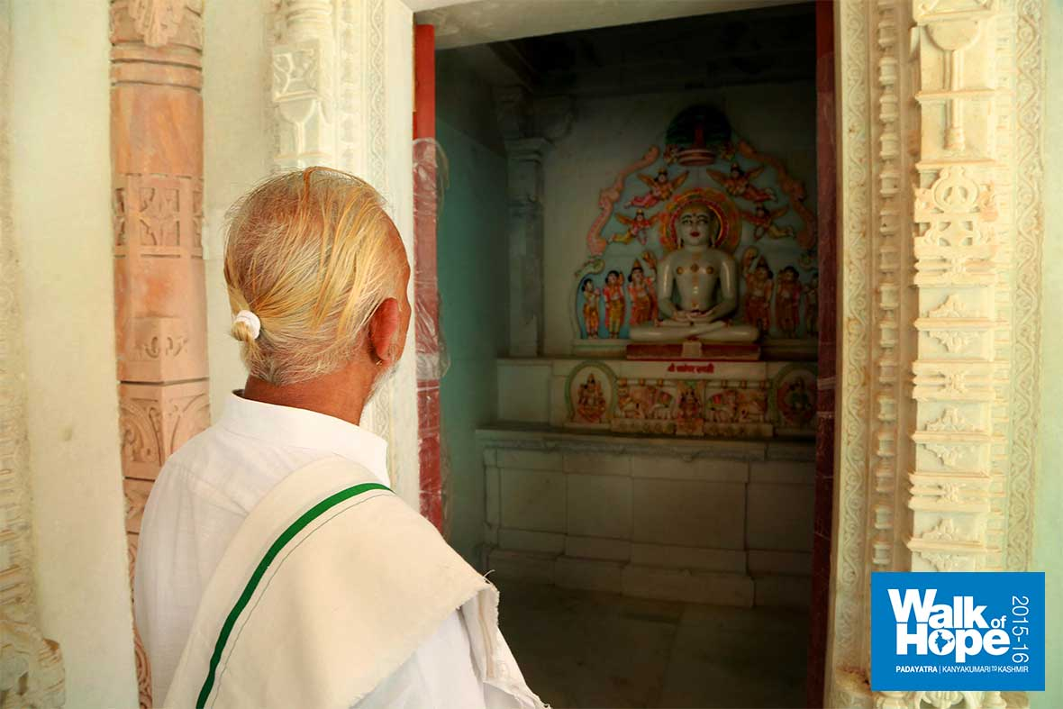 8.Inside-the-Parshvanath-Jain-Mandir,-Maksi,-Ujjain,-MP