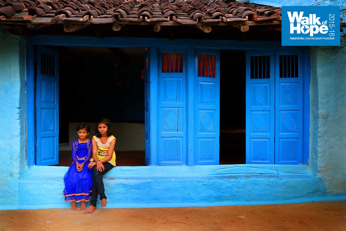 11.A-heritage-house-in-good-repair-with-two-lovelies-posing-nonchalantly-in-front,-Jhansighat,-Narsinghpur,-MP