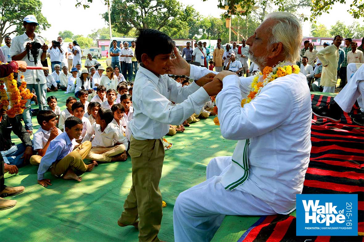 14.Sir-acknowledges-the-welcome-of-a-smart-lad-at-Gotegaon,-Narsinghpur,-MP