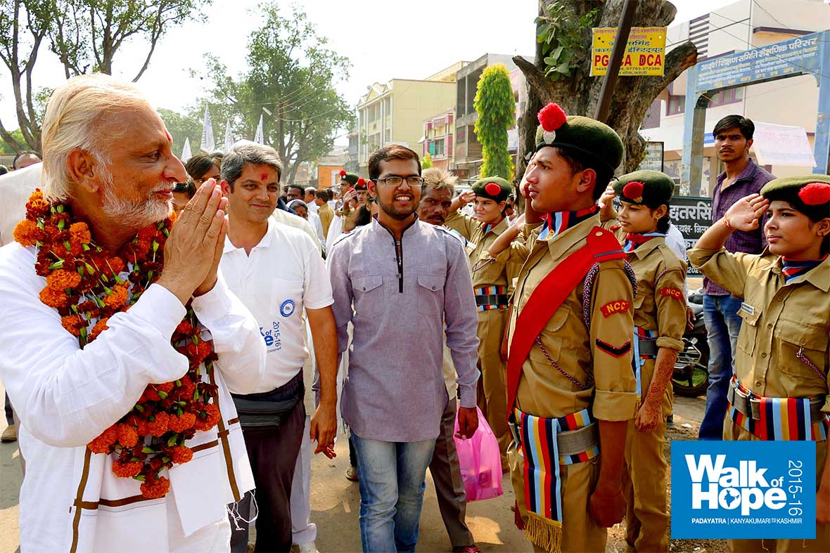 15.The-power-salute-of-the-scouts-&-guides-of-Kareli-schools,-Narsinghpur,-MP