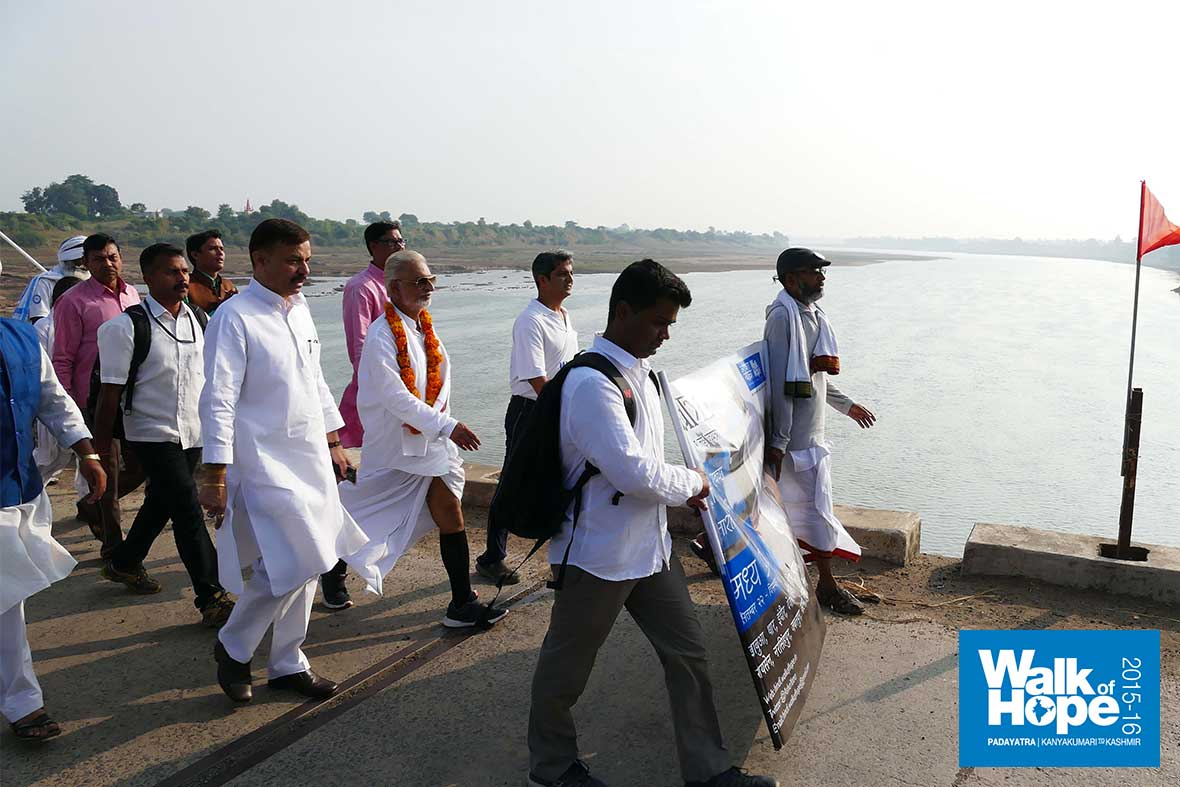 5.Crossing-the-bridge-over-Narmada-on-to-Narsinghpur-district,-MP