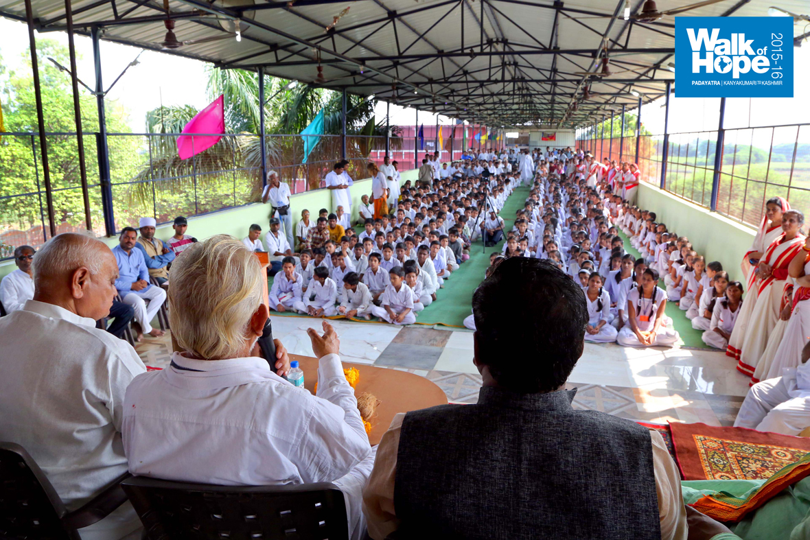 6.Sir-addressing-the-students-&-staff-of-Saraswati-Vidyalay,-Gotegaon,-Narsinghpur,-MP)