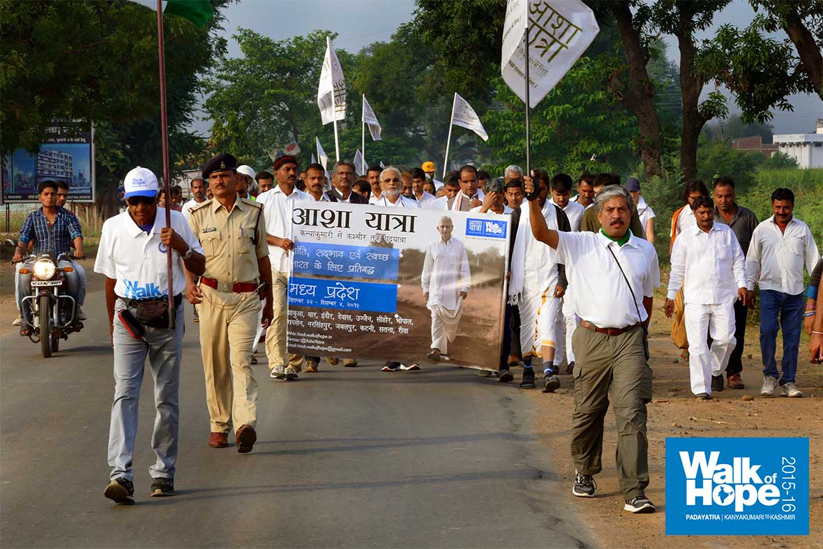 6.WOH-Day-295,-we-walked-from-Kamti-to-Damrughati-&-people-overwhelmed-us-with-flowers,-food-&-drink!!!,-Narsinghpur,-MP