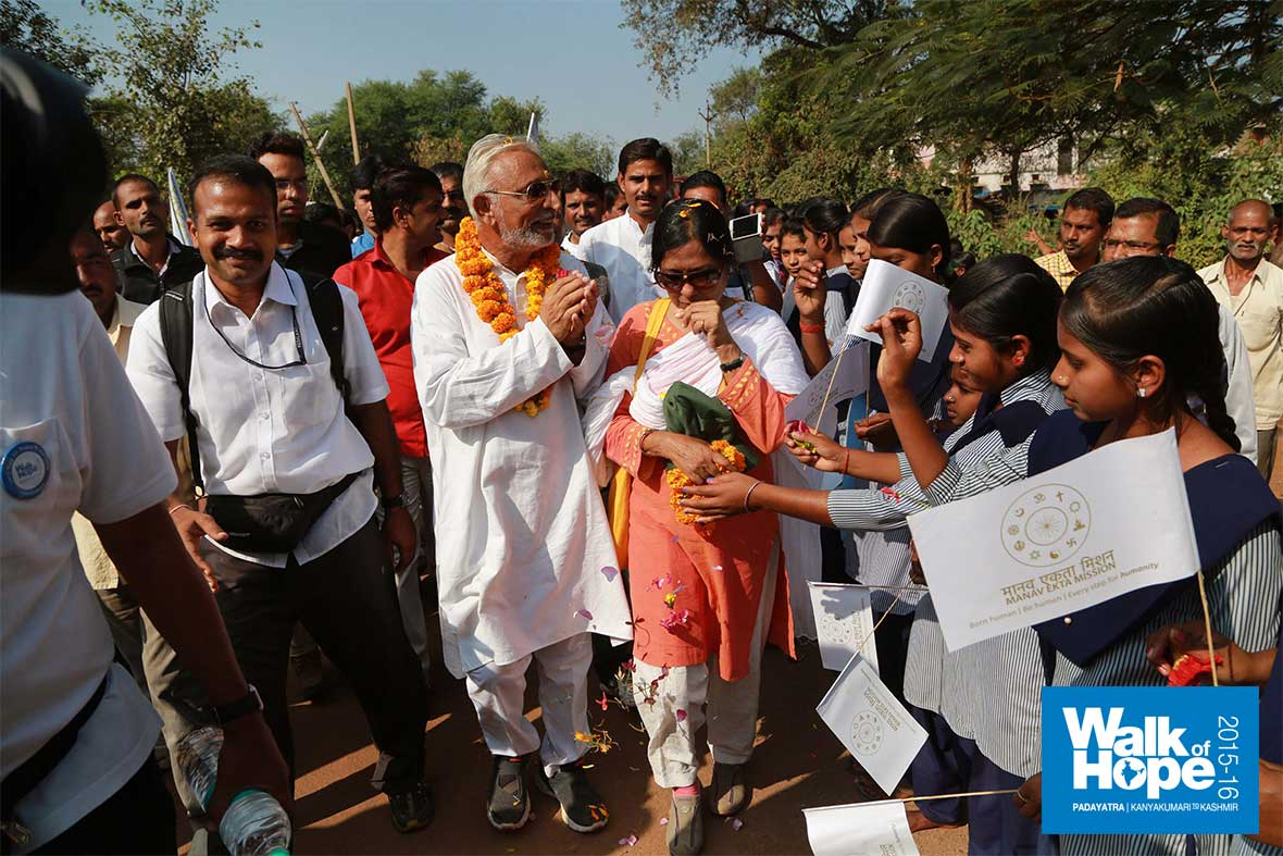 11.School-children-lined-the-streets-of-Mauganj-to-greet-us,-Rewa,-MP