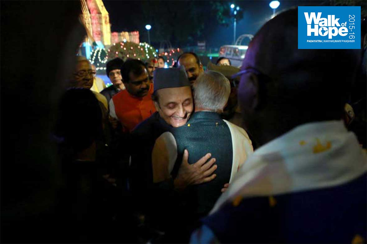 13.Dr-Karan-Singh,-Patron-of-Walk-of-Hope-and-also-Chancellor,-BHU-has-Sri-M-in-a-warm-welcoming-embrace!,-BHU,-Varanasi,-UP