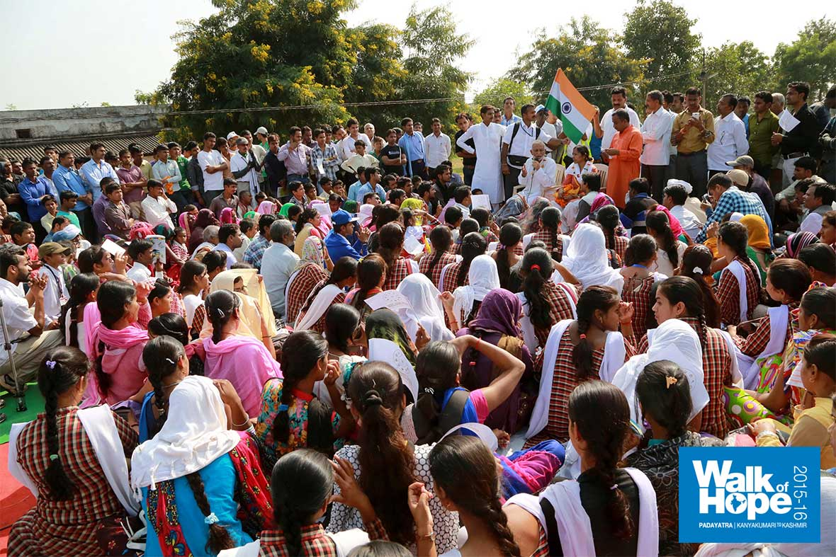 18.Sir-addressing-the-students-of-Shahid-Kedarnath-Chaturvedi-University-at-the-end-of-our-walk,-Mauganj,-Rewa,-MP