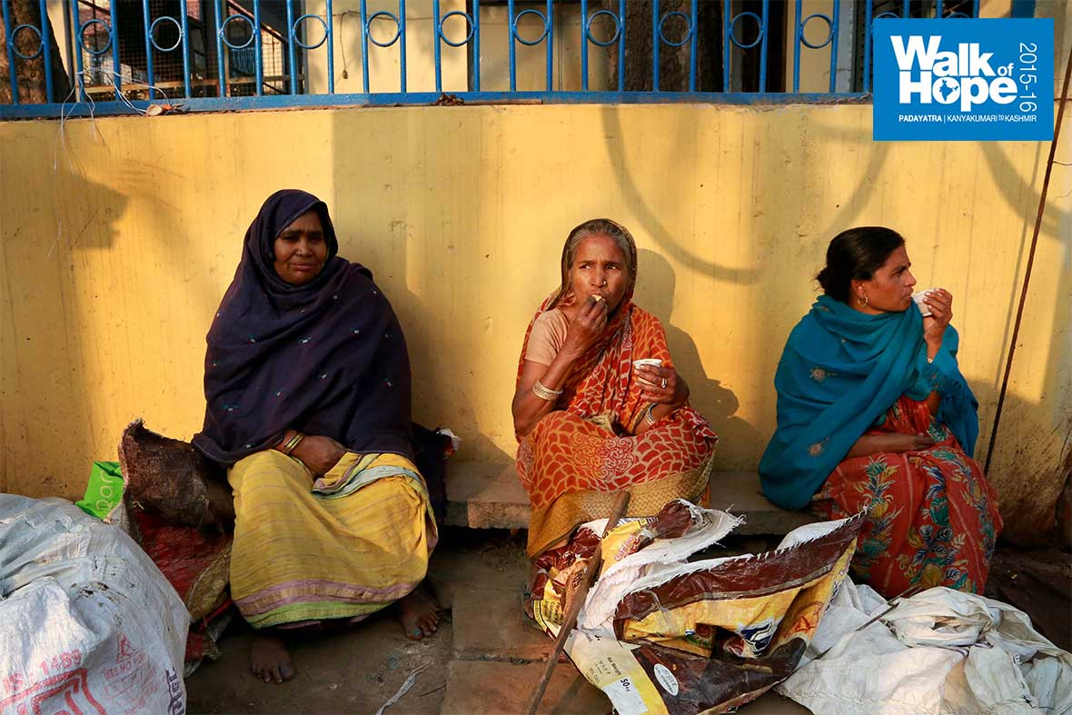 4.A-morning-cuppa-is-a-must!,-street-scene-in-Varanasi,-UP