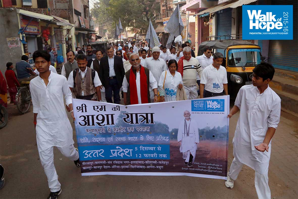 4.WOH-Day-332,-Town-walk-along-the-labrynthine-Mirzapur-streets,-UP