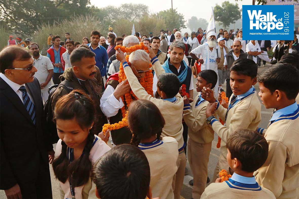8.A-warm-welcome-from-students-of-Sunbeam-Sun-City-School,-Varanasi,-UP
