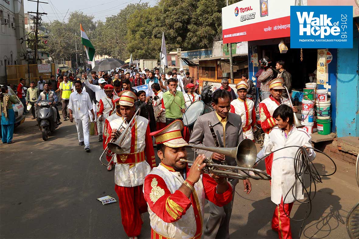 1.A-merry-band-played-on-as-the-Padayatra-marched-along-Namnir-Road-&-Gwalior-Road,-Agra,-UP