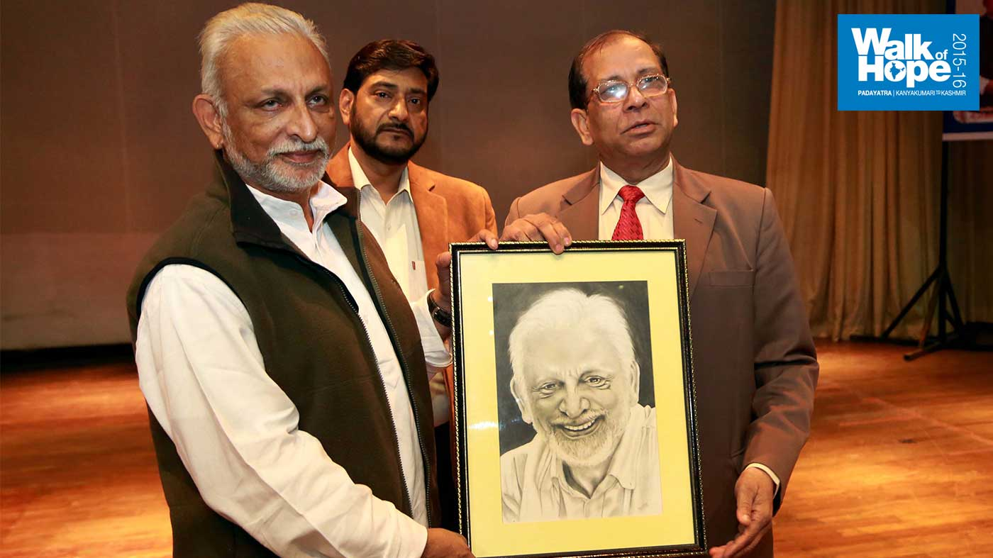 1.Sri-M-being-presented-with-his-pencil-sketch-by-the-students-of-the-Chatrapati-Shahuji-University,-Kanpur,-UP