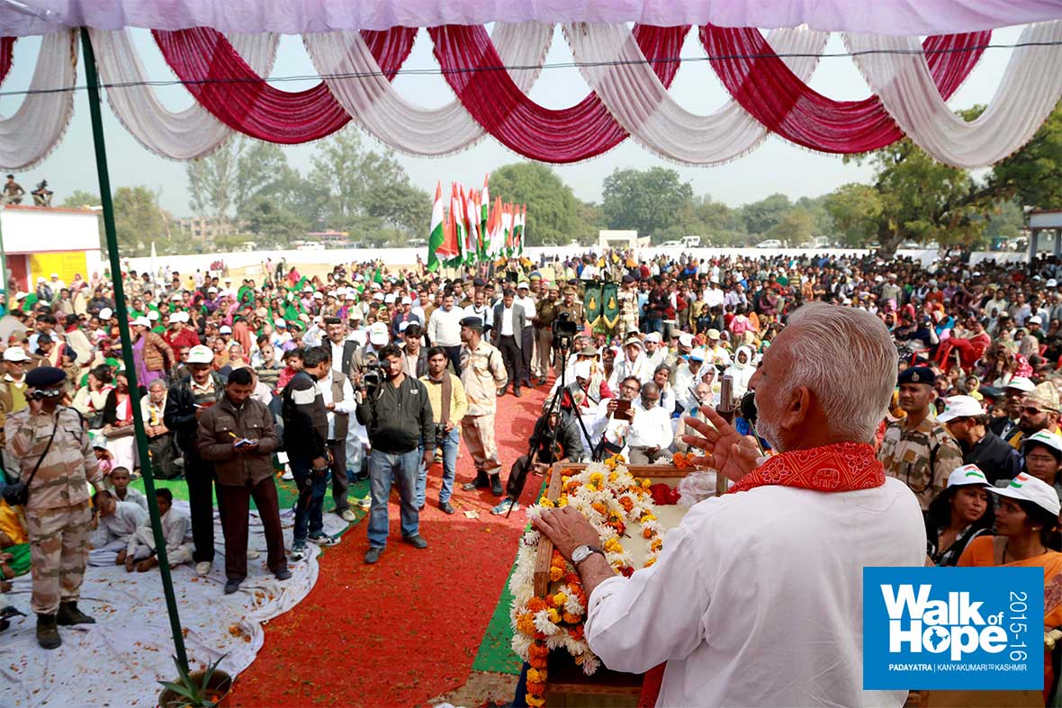 13.Sri-M-addressing-the-huge-crowd-at-Sikhadia-Purwa,-Kanpur,-UP