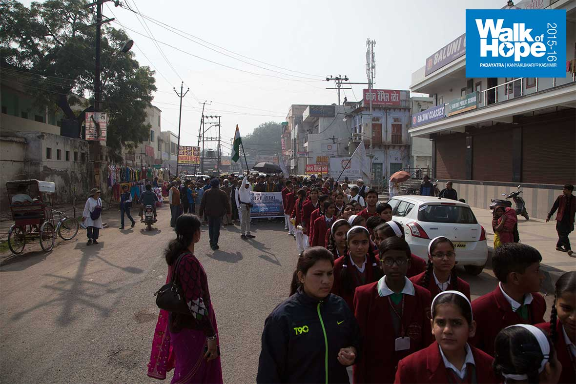 15.Students-of-Dayanand-Bal-Mandir-join-the-Padayatra,-Gwalior-Road,-Agra
