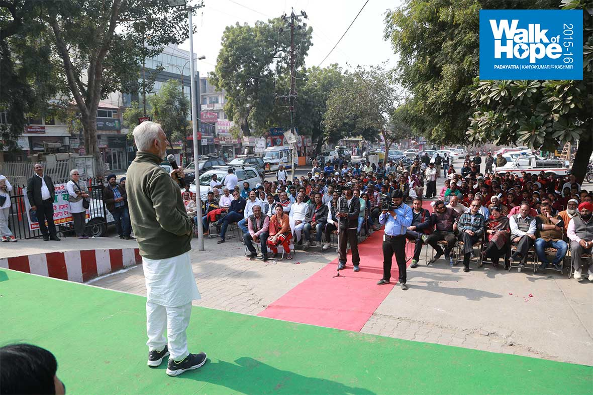 17.Sri-M-addresses-the-gathering-at-Cantonment,-Agra,-UP