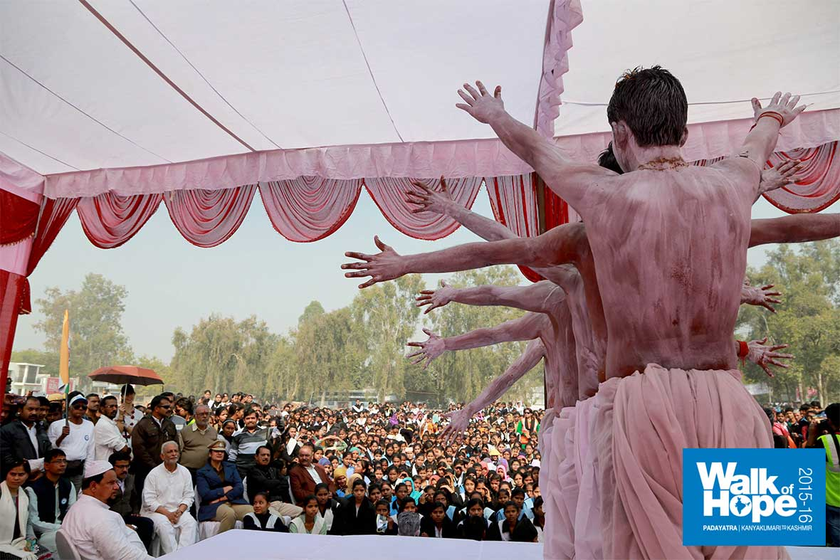 17.Youngsters-with-body-paint-on,-set-the-stage-afire-at-ITI-Grounds,-Fatehpur,-UP