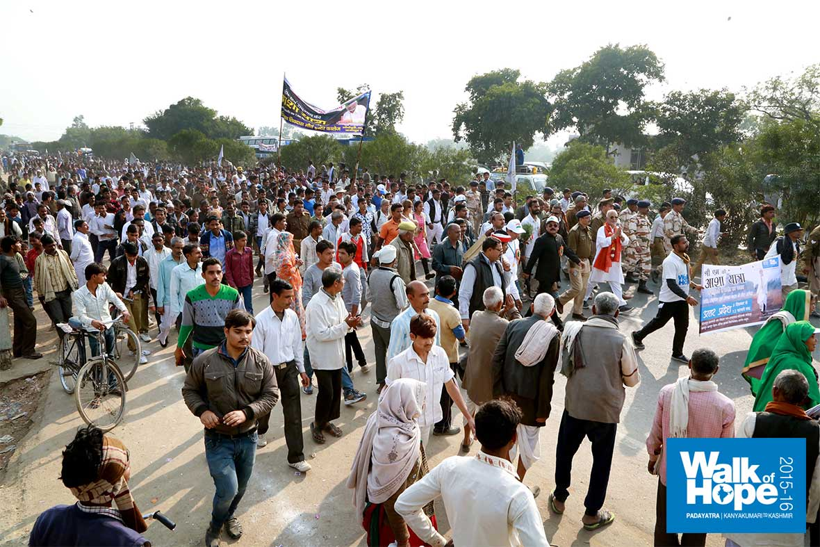 19.Swelling-crowd-of-public-and-students-who-accompanied-the-yatra-to-Sarsaul,-Kanpur,-UP
