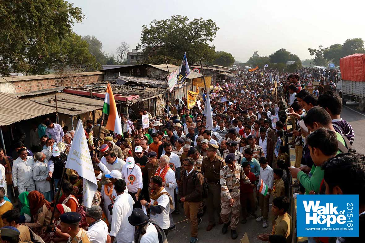 20.Crowds-throng-Mauryapuri,-end-point-of-the-walk-of-the-day,-Sarsaul,-Kanpur,-UP