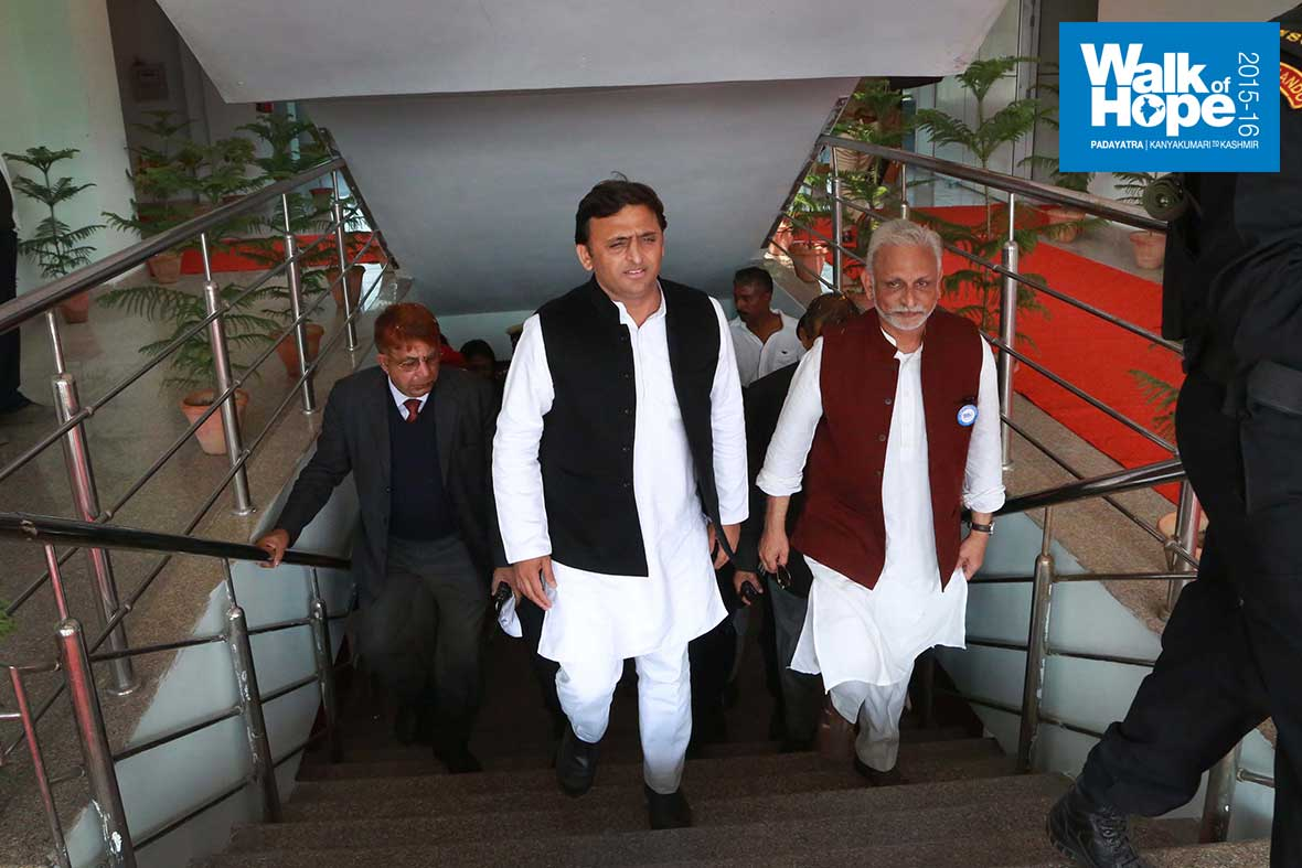 23.Sri-Akhilesh-Yadav,-Chief-Minister-and-Sri-M-ascend-the-steps-to-Green-Park,-Kanpur,-UP