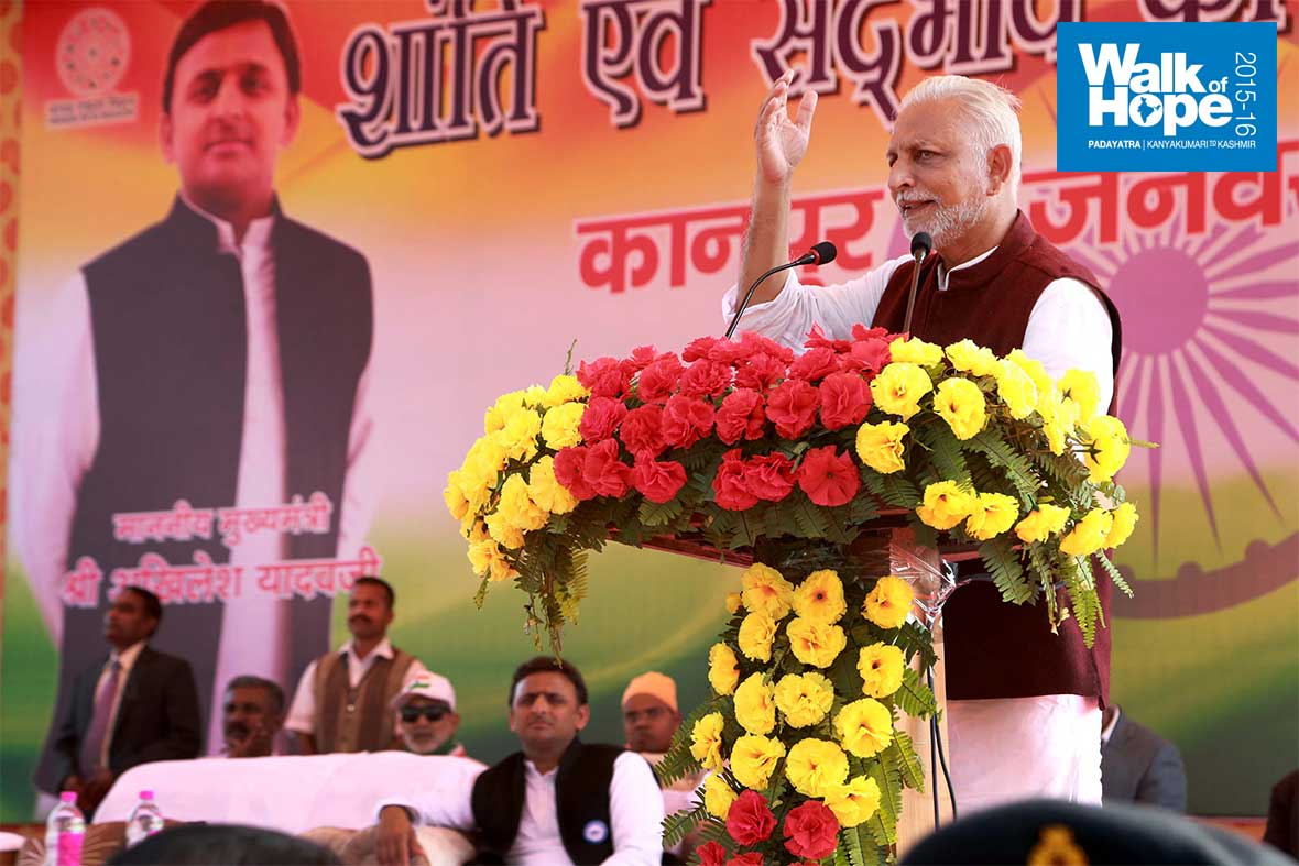 29.Sri-M-addressing-the-massive-crowd-at-Green-Park,-Kanpur,-UP