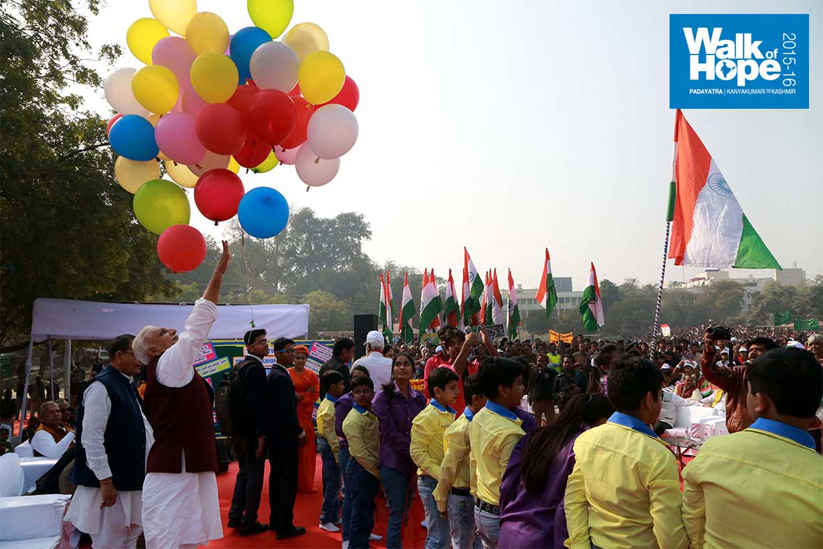 3.Sri-M-letting-go-scores-of-colourful-balloons-as-a-prelude-to-the-walk-at-Gandhi-Bhavan,-Kanpur,-UP