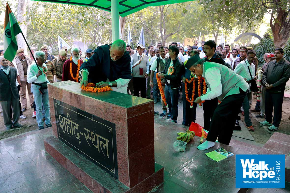 3.Sri-M-paying-homage-to-the-martyrs-at-Shahid-Sthal,-Kanpur,-UP