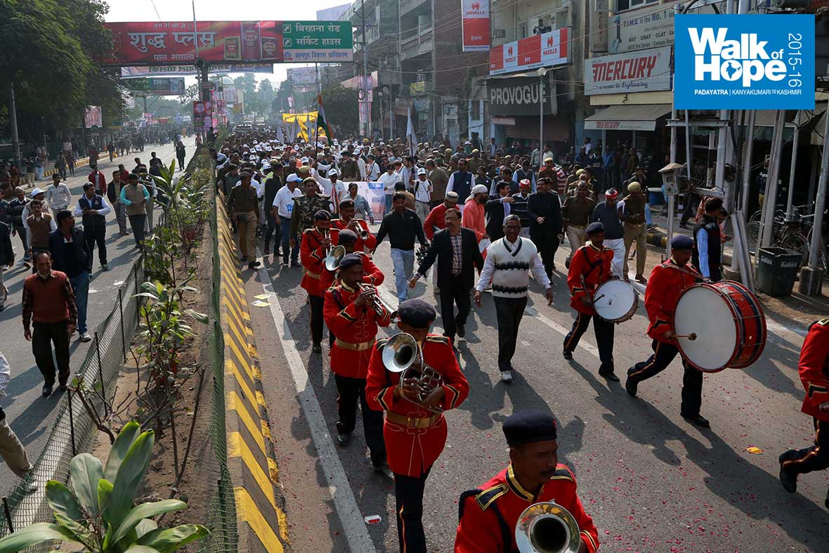 7.The-police-band-leads-the-yatra-through-the-crowded-streets-of-Kanpur,-UP