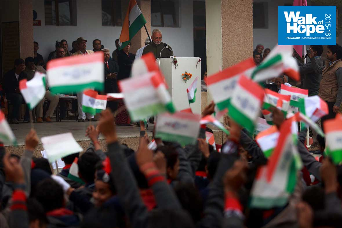 8.Hundreds-of-tricolours-fluttered-in-the-students