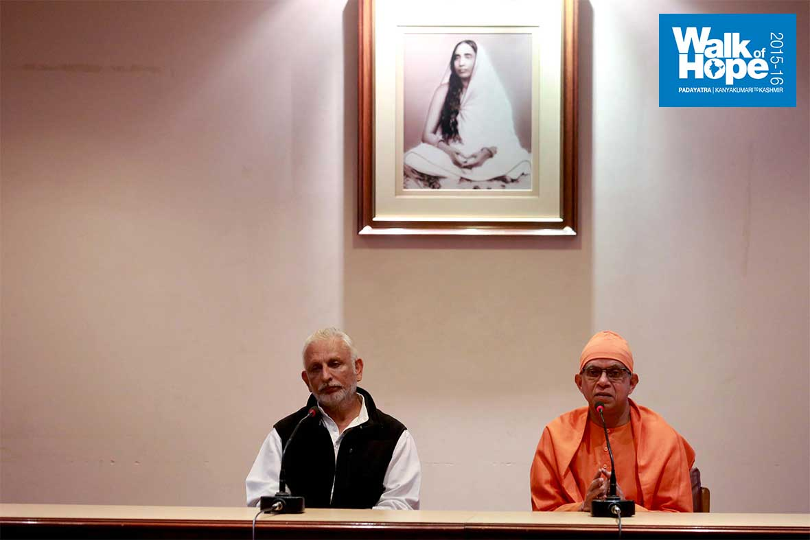 1.Sharing-the-dais-with-Swami-Shantatmananda,-Ramakrishna-Mission,-Delh