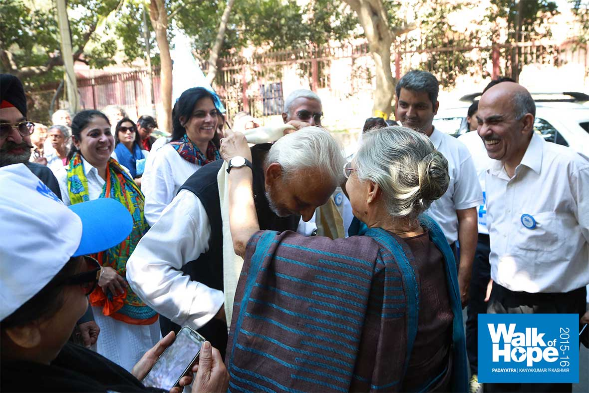 10.A-hearty-welcome-from-former-Chief-Minister-of-Delhi,-Smt-Sheila-Dixit,-Nizamuddin,-Delhi