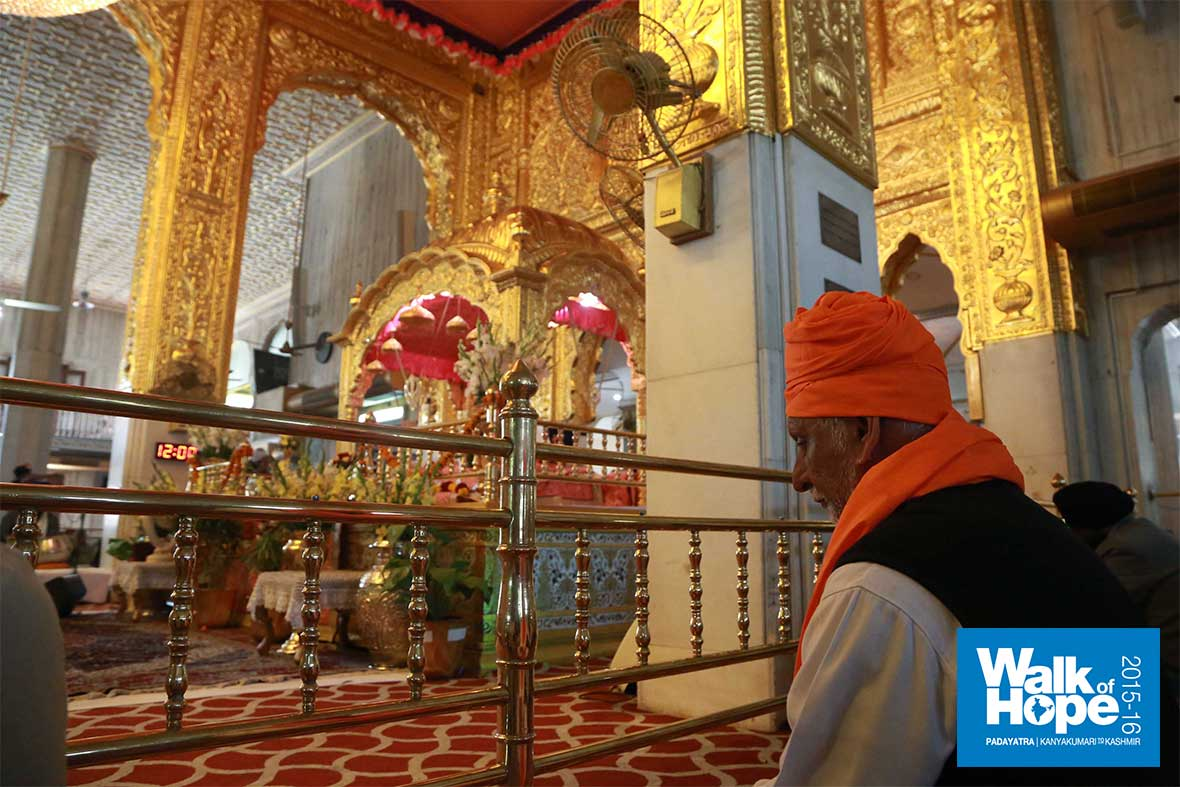11.Inside-the-magnificent-hall-of-the-Gurudwara-Bangla-Sahib,-New-Delhi