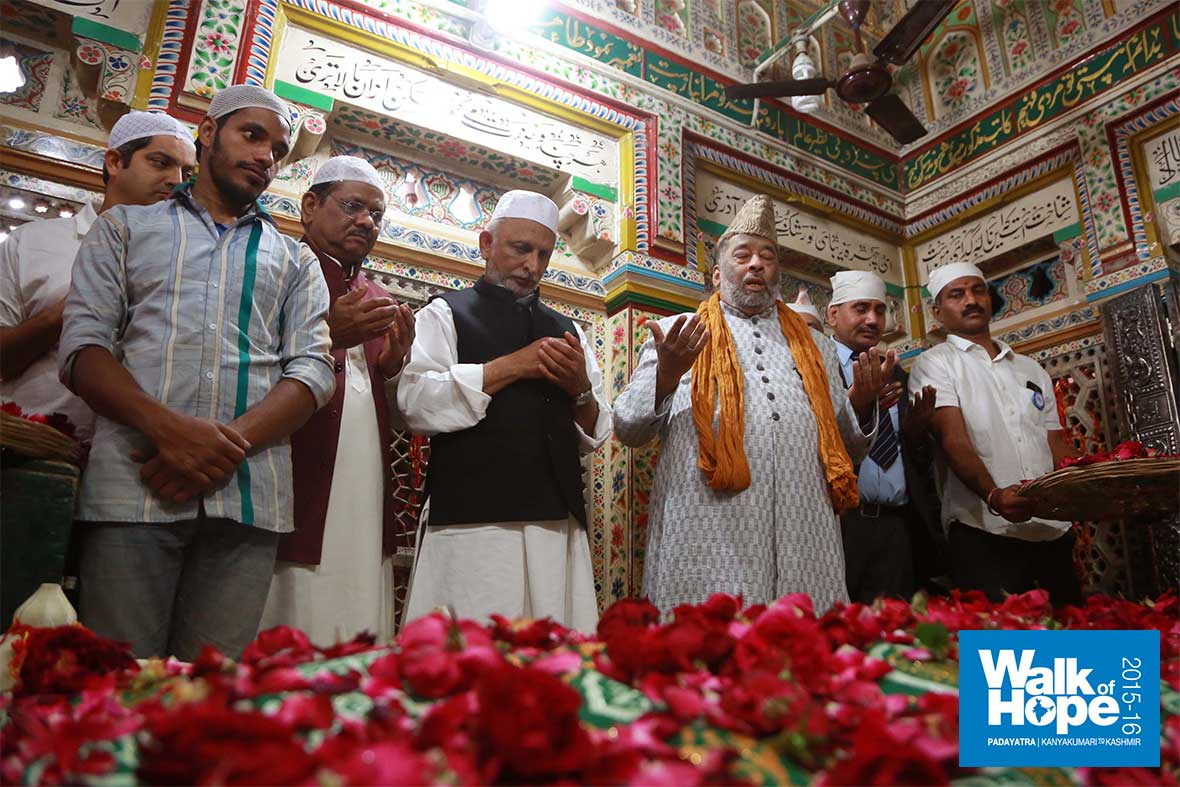 2.Inside--the-Dargah-of-the-great-saint-Hazrat-Nizamuddin-Auliya,-New-Delhi