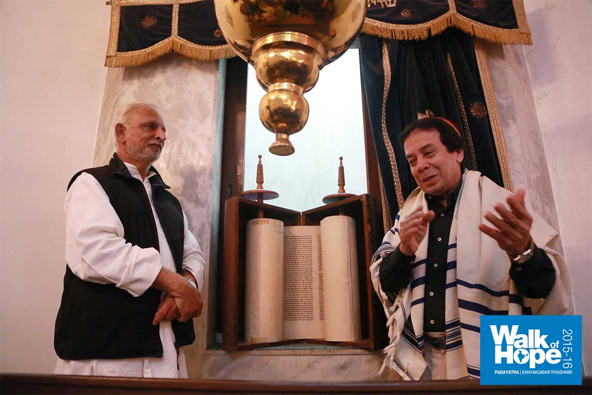 2.Rabbi-Ezekiel-Isaac-Malekar-explains,-Judah-Hyam-Synagogue,-New-Delhi