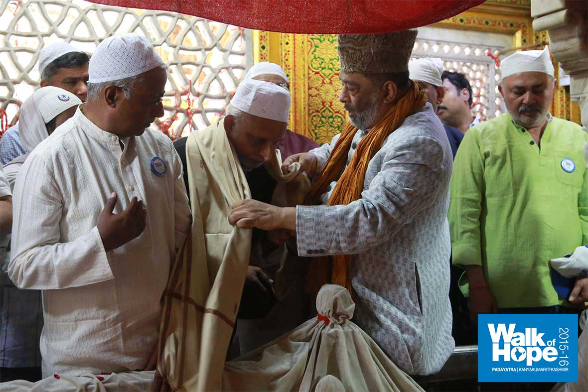 4.Sri-M-being-welcomed-at-the-Dargah-of-Nizamuddin-Auliya,-New-Delhi