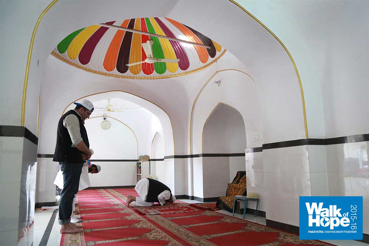 4.Sri-M-in-prayer-inside-the-Zabta-Ganj-Masjid,-New-Delhi