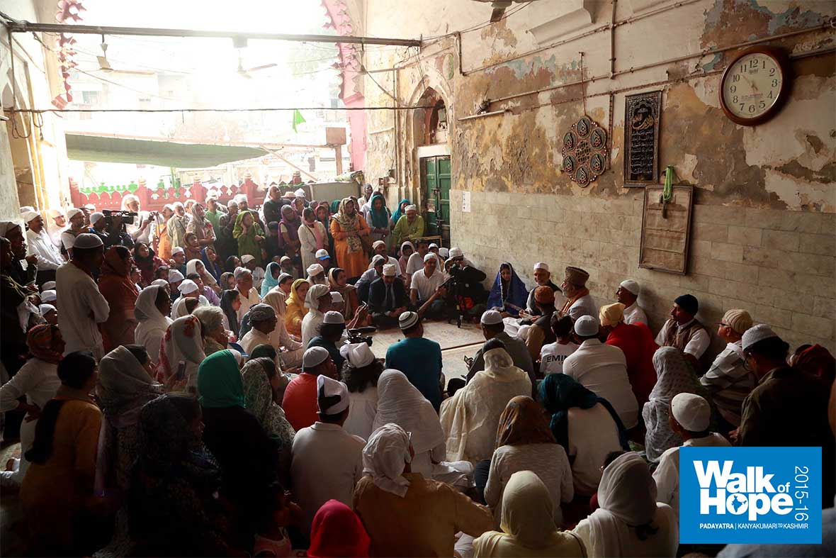 5.It-felt-like-coming-home!,-inside-the-old-masjid-for-a-chat-&-tea,-Nizamuddin-Dargah,-New-Delhi
