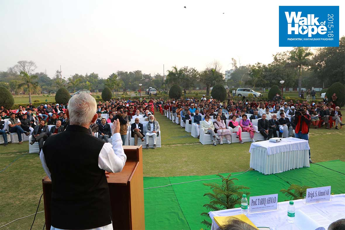 5.Sri-M-addresses-the-gathering-at-Aligarh-Muslim-University,-UP