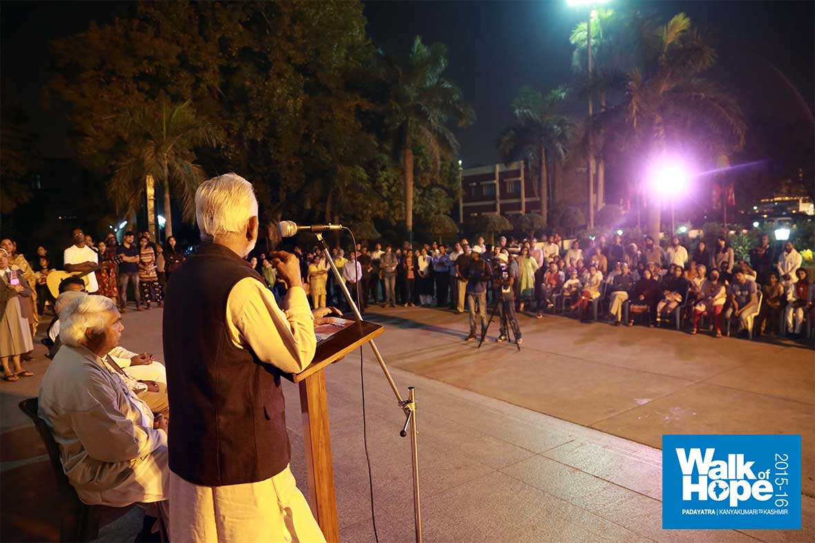 5.Sri-M-addresses-the-gathering-at-Sacred-Heart-Cathedral,-New-Delhi